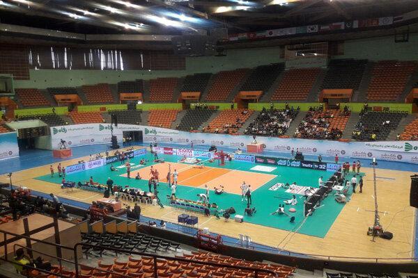 سالن سرد و سکوهای خالی آزادی میزبان بازی ایران و قطر