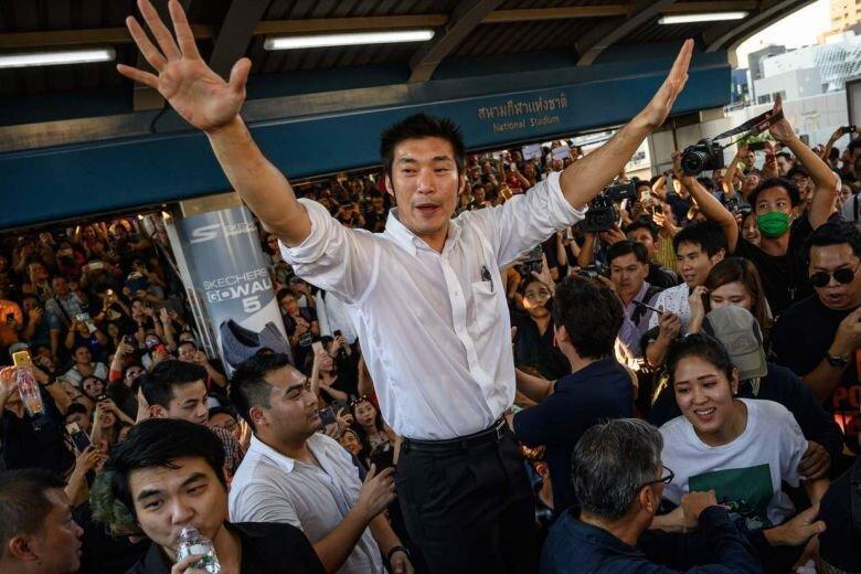 بزرگترین تظاهرات در بانکوک از هنگام کودتای 2014، معترضان سلام سه انگشتی بازی های گرسنگی را می دهند