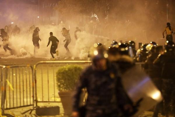 فیلم، هوادارانِ اتوبوسی الحریری بیروت را به آتش کشیدند!