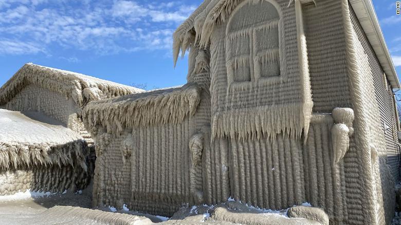 عکس هایی از خانه های یخ زده کنار دریاچه ایری بر اثر وزش باد
